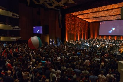 "The crowd game ""Three Games for Orchestra and Beach Ball"" during concert of the Montreal Video Game Symphony, by the Orchestre Métropolitain and conductor Dina Gilbert, on Sept. 29th, 2017, at the Wilfrid Pelletier hall. Photo by François Goupil"